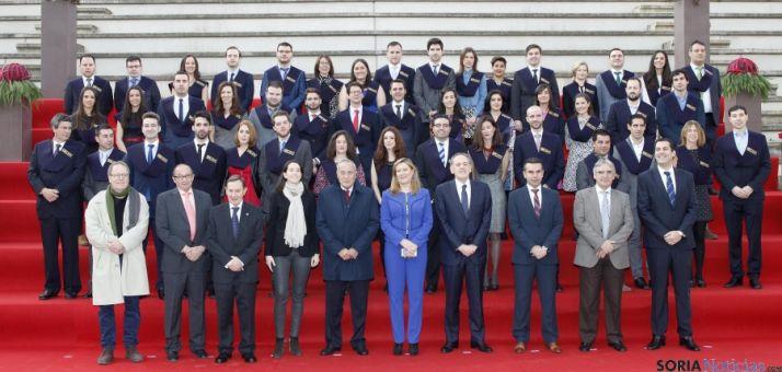 Imagen de los graduados con responsables de las cámaras y de la Junta.
