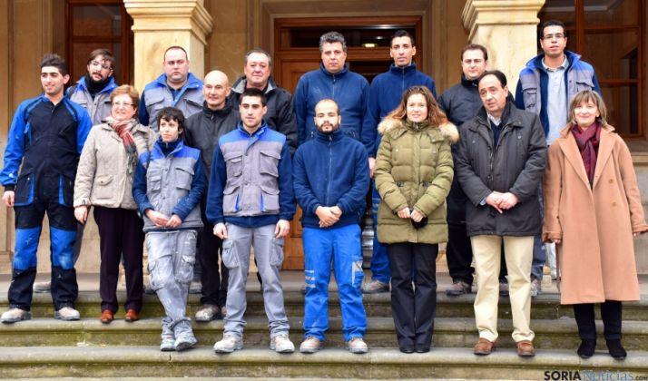 Los alumnos y responsables administrativos tras la entrega de diplomas. / Jta.