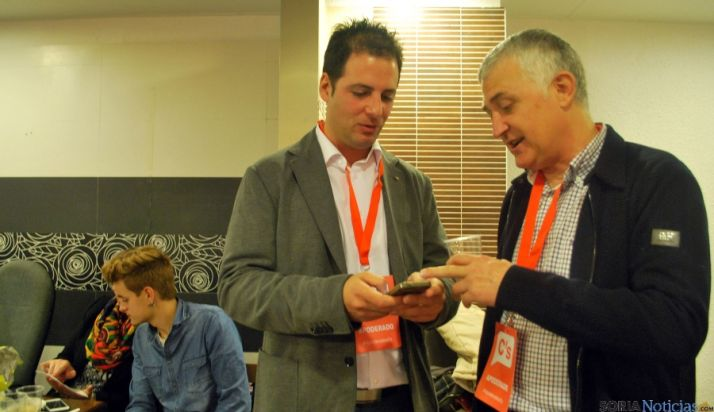 José Luis Alonso (dcha.) con Jesús Ciria en la sede del partido este domingo. / SN