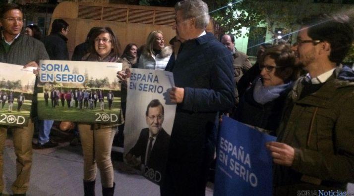 Candidatos del PP soriano en la pegada de carteles. / SN