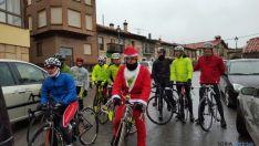 Foto 4 - Una veintena de ciclistas desafían al tiempo en la Carrera del Pavo
