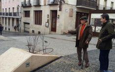 El vecino explica al concejal Sainz las deficiencias de la plaza.