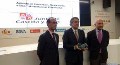 El director general de la ADE, José María Ribot, (ctro.) con el premio. / Jta.