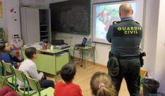 Un agente en un aula soriana.