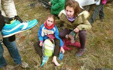 Isabel mira desconsolada la zapatilla que se soltó de su pie. / SN