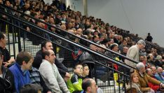 Público en el polideportivo de La Juventud este día 6, en la velada de pelota a mano. / SN