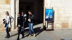 Un grupo de visitantes sale de la oficina de turismo burgense.