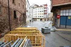 Las obras en calles adyacentes para esta actuación que abarca el mercado de abastos. / SN