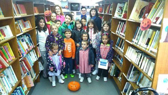Los niños, uno de los colectivos atendidos por el bibliobús.