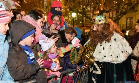 Niños y mayores disfrutan en la Cabalgata de Soria. / SN