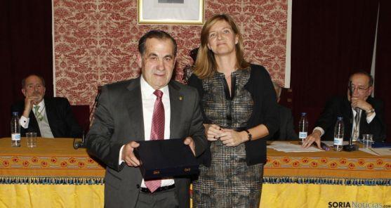 El doctor, con el premio, en Zaragoza./CMS