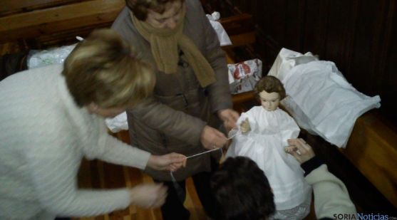 Vistiendo al Niño Jesús