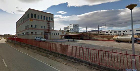 El edificio de Embutidos Sorianos (izda.) y al fondo la chacinera San Miguel del Moncayo. / GM