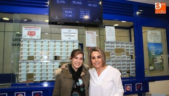 Palmira González, (dcha.), lotera. / Epcyl