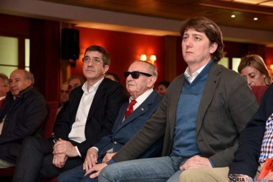 Luis Cabrejas, entre Patxi López (izda.) y Carlos Martínez. / SN