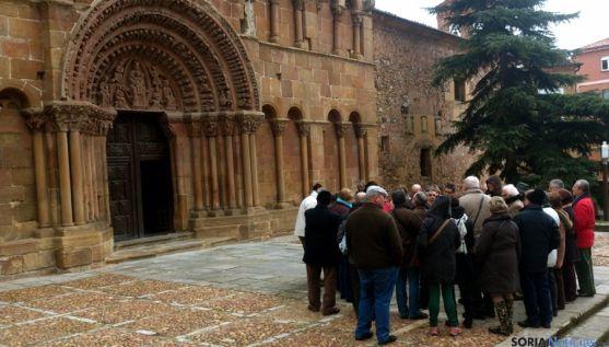 Un grupo de turistas frente a la iglesia de Santo Domingo. / SN