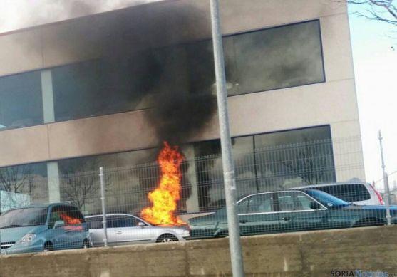 Coche ardiendo, en el exterior del taller
