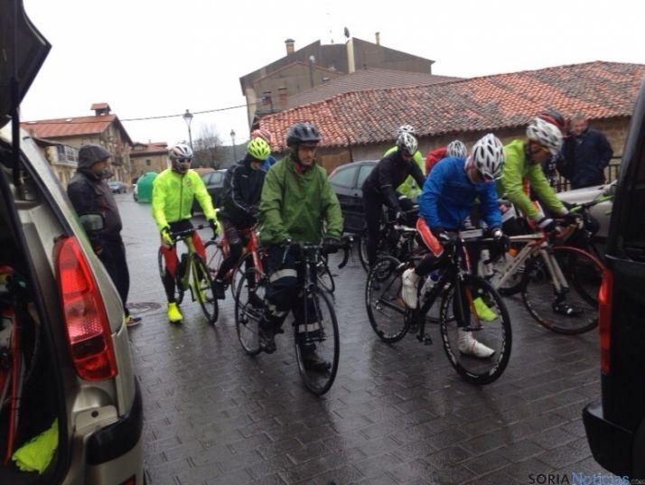 Foto 2 - Una veintena de ciclistas desafían al tiempo en la Carrera del Pavo