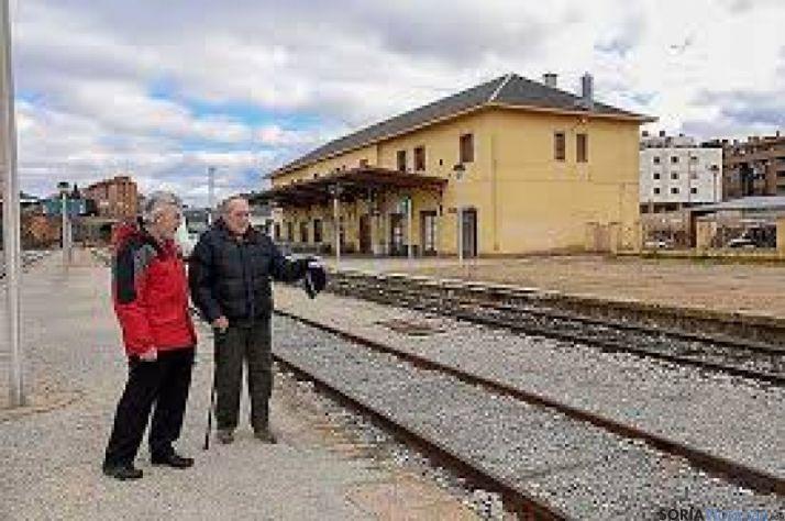 Julián de la Llana, en la estación de El Cañuelo donde se rodó la película.