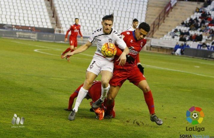 Callens pelea un balón a un rival del Albacete.