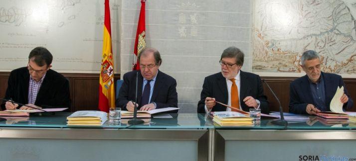 Hernández (CCOO) a la izquierda, Herrera, Aparicio (CECALE) y Prieto (UGT). / Jta.