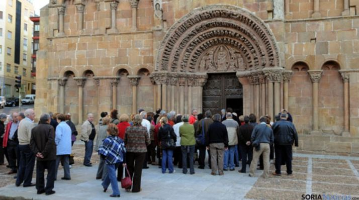 Un grupo de turistas en la fachada de Santo Domingo. / SN