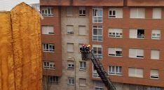 Labores de los bomberos este domingo./SN