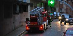Bomberos en la calle Cortes esta tarde. / SN