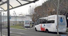 Dos autobuses urbanos bordean la plaza Odón Alonso. / SN