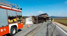 Camión volcado en la N-122, termino municipal de Aldealpozo. /Pedro Calavia