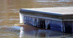 Carámbanos en la plataforma sobre el Duero en el puente de piedra, en la capital./SN