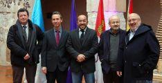 Luis Rey, (ctro.) flanqueado por los premiados y por el diputado de Cultura y el alcalde medinense.