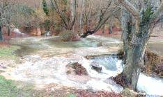 El agua de la cascada se ha desbordado del pequeño cauce