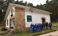 Alumnos y autoridades, junto a uno de los refugios