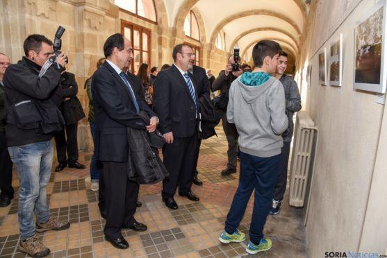 Dos alumnos han guiado al consejero de Educación por la exposición.