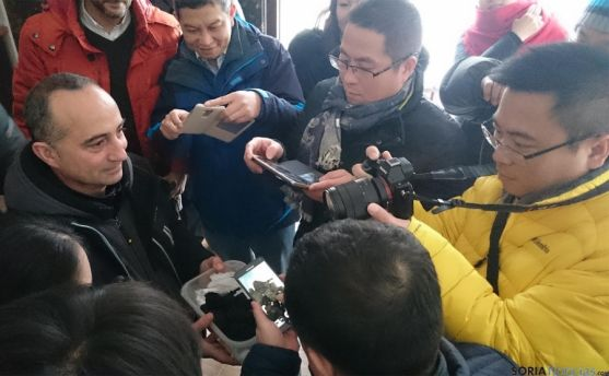 Los empresarios chinos fotografian la trufa negra de Soria.