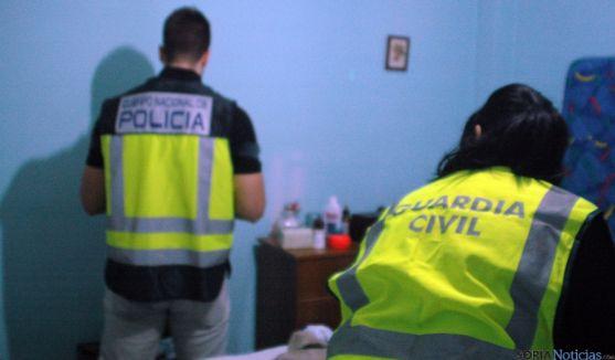 Agentes en uno de los registros domiciliarios practicados.