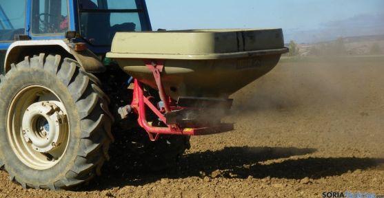 Un tractor en labores de abono en un cultivo soriano. / SN