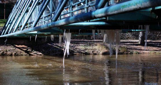 Hielo en una pasarela del Duero este miércoles./SN