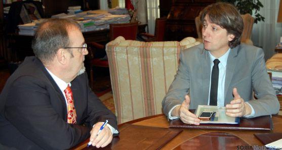 Carlos Martínez, (dcha.) en la reunión mantenida en el ayuntamiento con Fernando Rey. / Ayto.