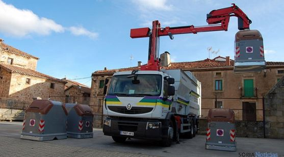 Un camión de la Diputación en sus labores de recogida de residuos. / Dip.