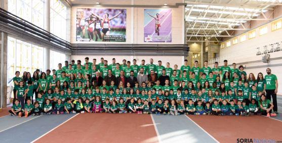 Imagen de familia del club de atletismo para esta temporada. /Ana Isla
