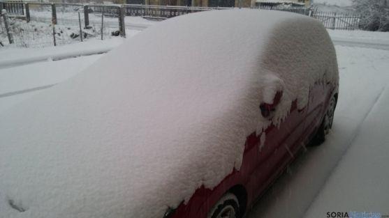 Manto de nieve en un coche, en Duruelo