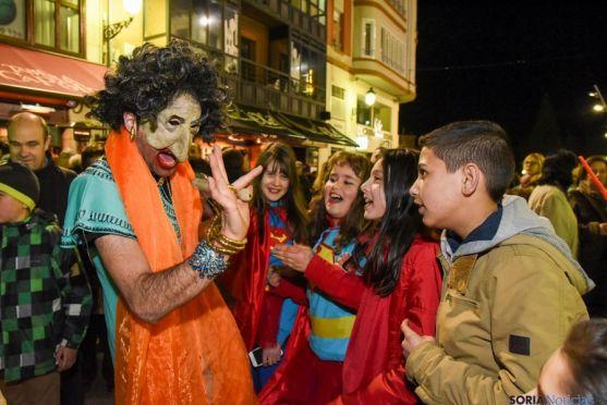 El teatro callejero y de máscaras animaba a los espectadores /Reportaje gráfico: Ana Isla