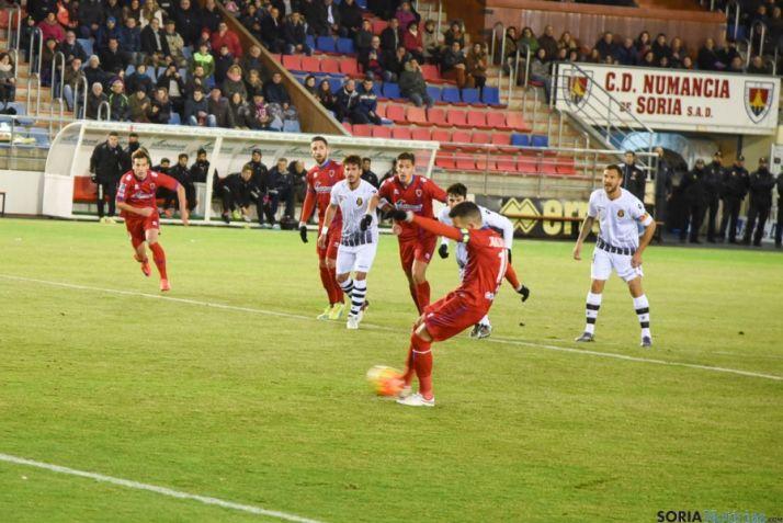 Foto 2 - El Numancia gana, con dos goles de Julio Álvarez, al Mallorca