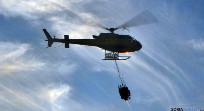 Un helicóptero de la Junta en un incendio forestal en Soria. / SN