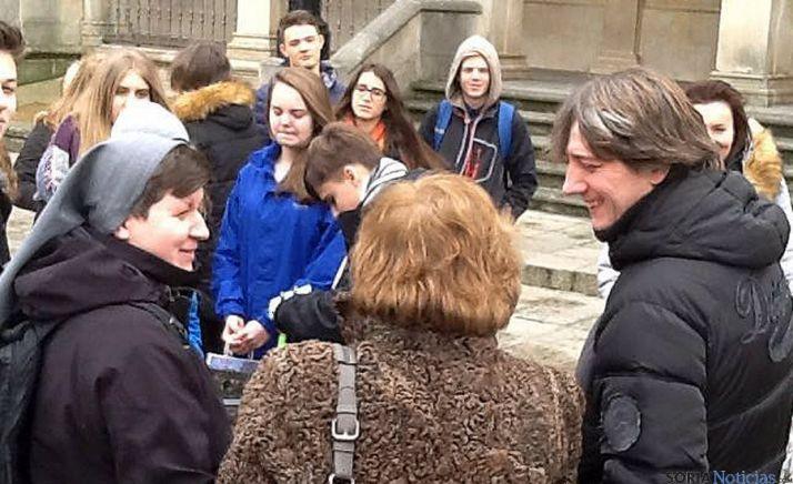 El regidor con profesores y alumnos./ SN