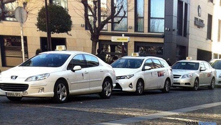 Taxis en una parada de la capital. / SN