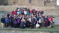 Algunos de los peregrinos sorianos posan a los pies del castillo de Javier