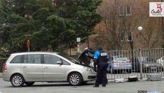 La policía investiga un vehículo en el lugar.
